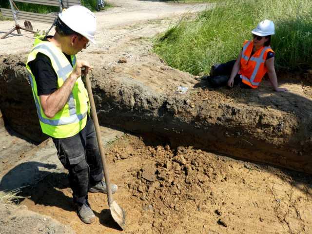 einnwachsames Auge durch Archäologen auf der Suche nach einer vermuteten Römerstraße
