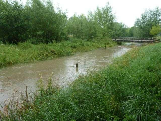 der sog. Rodebach (hier Hochwasser in 2016) hat keine eigene WQuelle mehr, da auch kein Wasser aus der Kläranlage Gillrath hinzukommt, speist er sich allein aus zufließendem Wasser benachbarter grundstücke