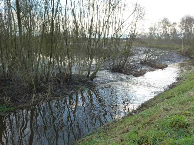 bei Mindergangelt schlägt er einen Teil seines Wassers in den Rodebacgh (Vordergrund) ab