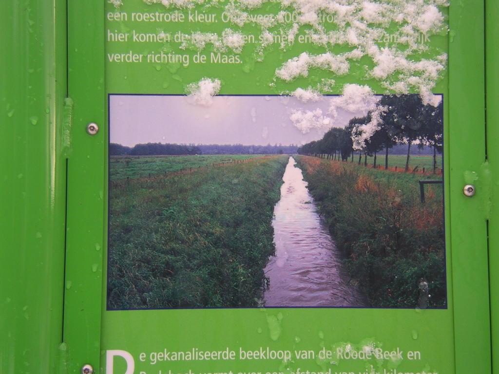 So ungefähr sah der Rodebach -pardon Rodekanal - seit der 60er Jahren bis 2003 aus: kanalisiert, an der Schnur gezogen, der Bosden plattiert, viel zu tief mit viel zu steilen Ufern ...!