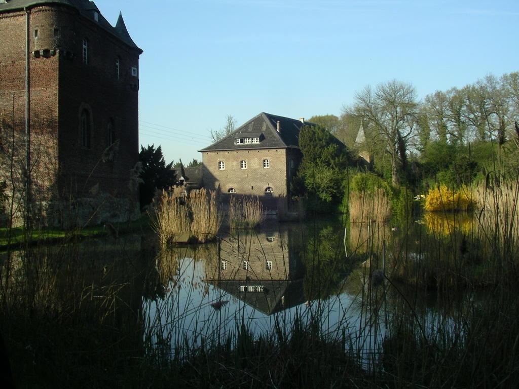 Die heutige Anlage ist im 15./16.Jahrhundert entstanden, war seit 1888 im Besitz der Fam. v. Hoensbroech, seit 2009 im Leigenschaftsbetrieb NRW, der die Schlossanlage in ein BUldungszentrum für die Wissenschaftsregion Jülich umgestalten will..
