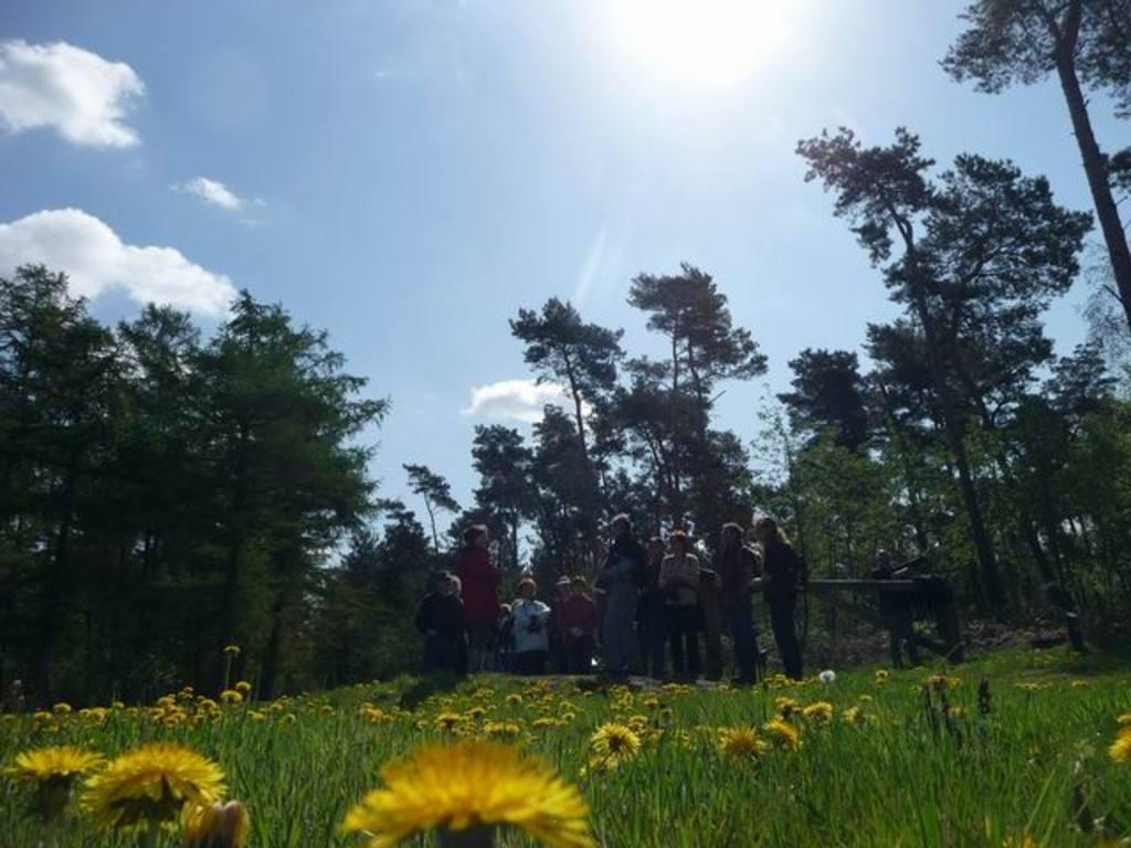 Gruppenbild in der idyllischen Landschaft des Naturparkes