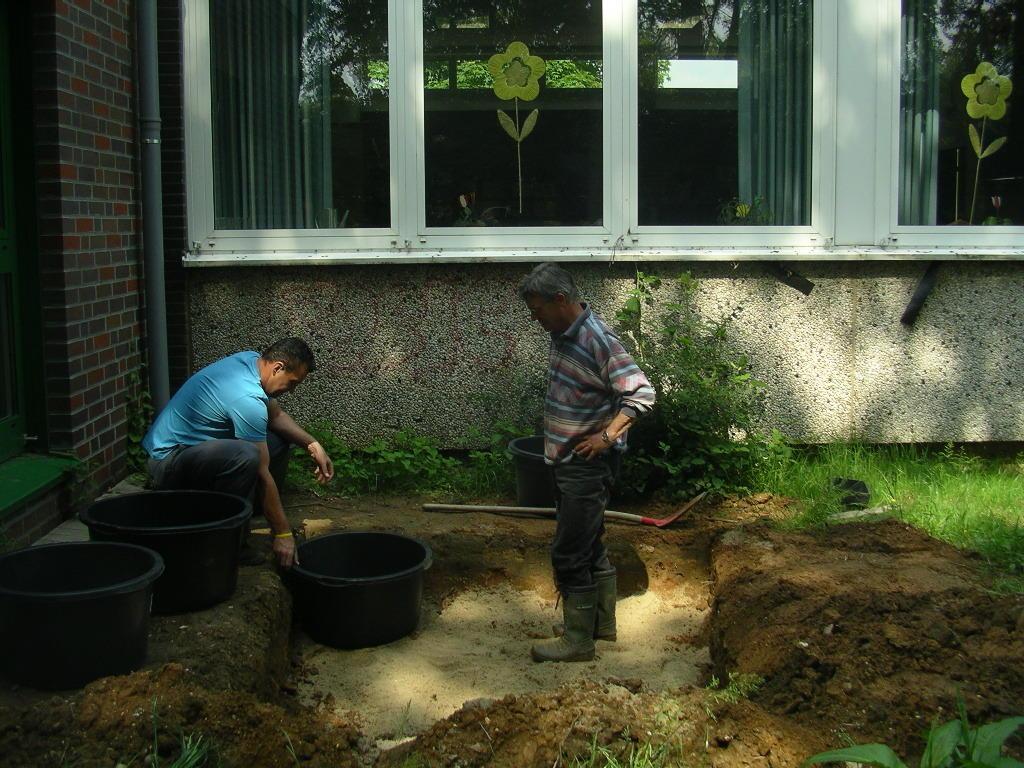 die Erdarbeiten hatte zum Glück der Bauhof der Gemeinde bereits vorbereitet: Wie und in welcher Höhe sollten jetzt die Mörtelkübel angeordnet werden?