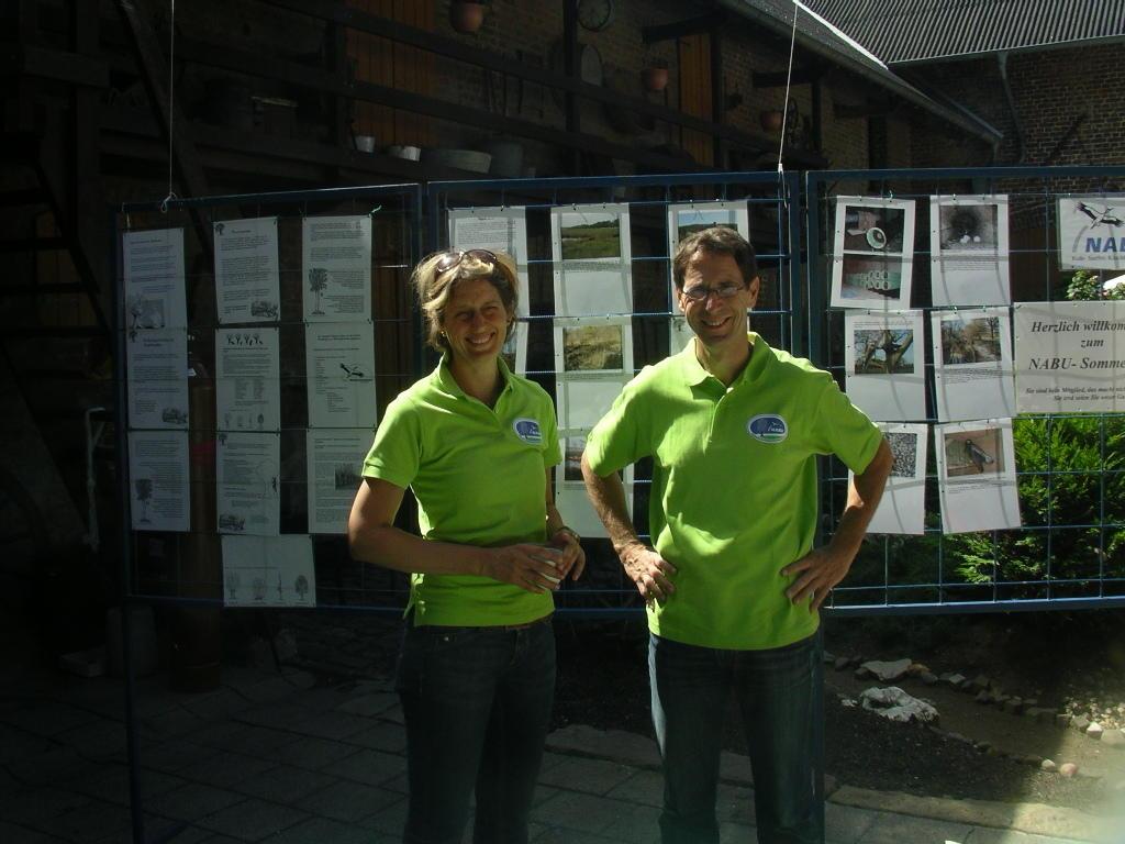Nicole Q. u. Hubert H. an NABU-Info-Stand und Luftballonwettbewerb