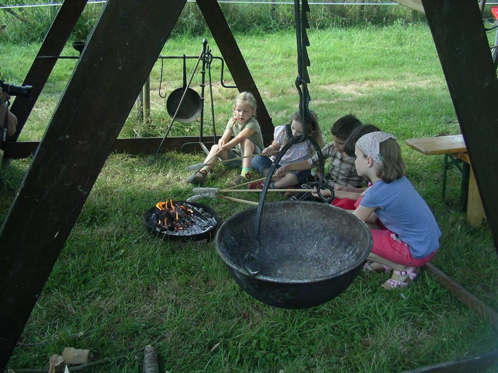 eigenes Stockbrot - keine Chance für Grill, Kuchentheke, Wildkräutersuppe ...