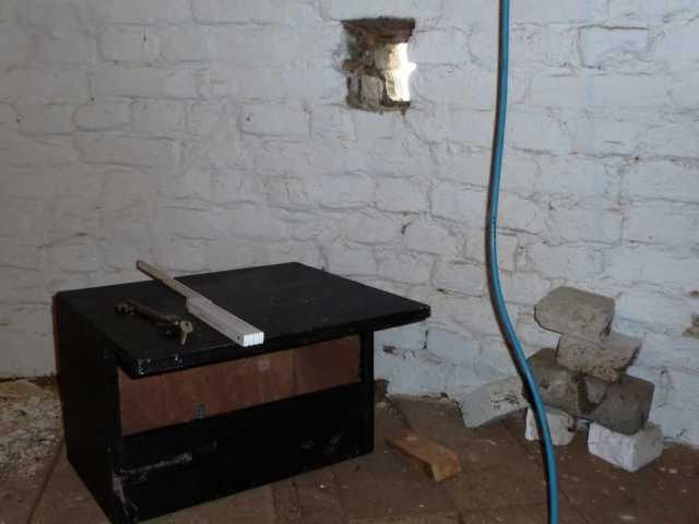 damit das Innere der Mühlen nicht verschmutzt wird (Kot, Nistmaterial ... von Tauben, Dohlen ...) wird der Nistkasten von innen direkt gegen die Außenöffnung montiertz, also nur Einflug in den Kasten selbst mögl)