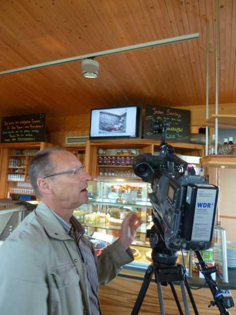 oder Blick auf den Bildschirm (WDR-Lokalzeit während eines Besuches in ´15)