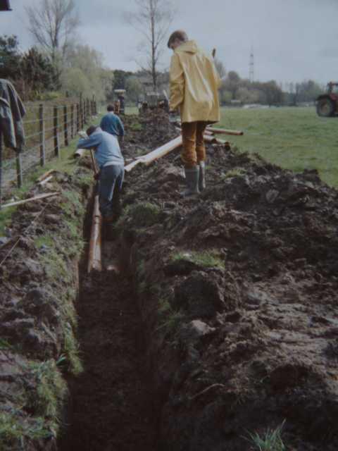 sämtliche Abflussrohre der benachbarten Mühelengebäude (Brommler Mü.) und benachbarter Dächer durften abgeklemmt und und durch eine entspr. Leitung Richtung Biotopflächen geleienkt werden