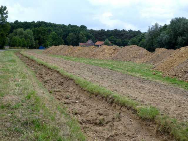 Graben geschlossen, weil dfas Wasser ja möglichst in der Fläche verbleiben soll