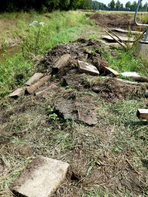 """endlich, seit """"ewigen Zeiten"""" überfällig: Entfernen der Betonplatten im Bachbett"""