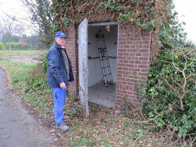 Hermann-<Joef, Peter und ernst ließen nun nicht eher Ruhe, bis die hier montierten Nisthilfen für Fledermaüse, Turmfalken und Schlereulen wieder frei zugänglich waren
