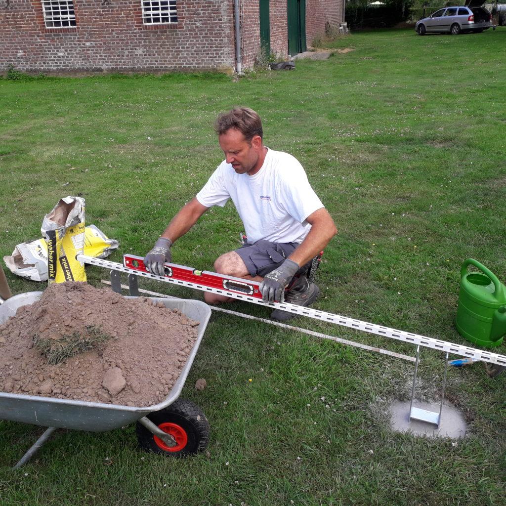 Dann baute Marcell das Fundament mit den entsprechenden Trägern...